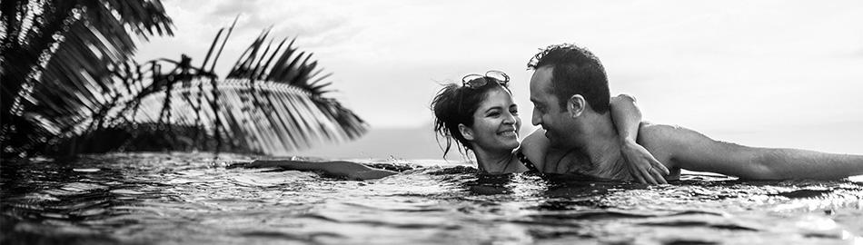 泳池中的一对夫妇。