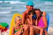 坐在海边的家庭照片
