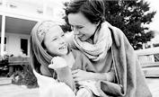 母亲与女儿裹着毯子
