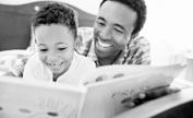 父亲与儿子一起看书