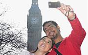 在大本钟前拍照的一对夫妇的照片